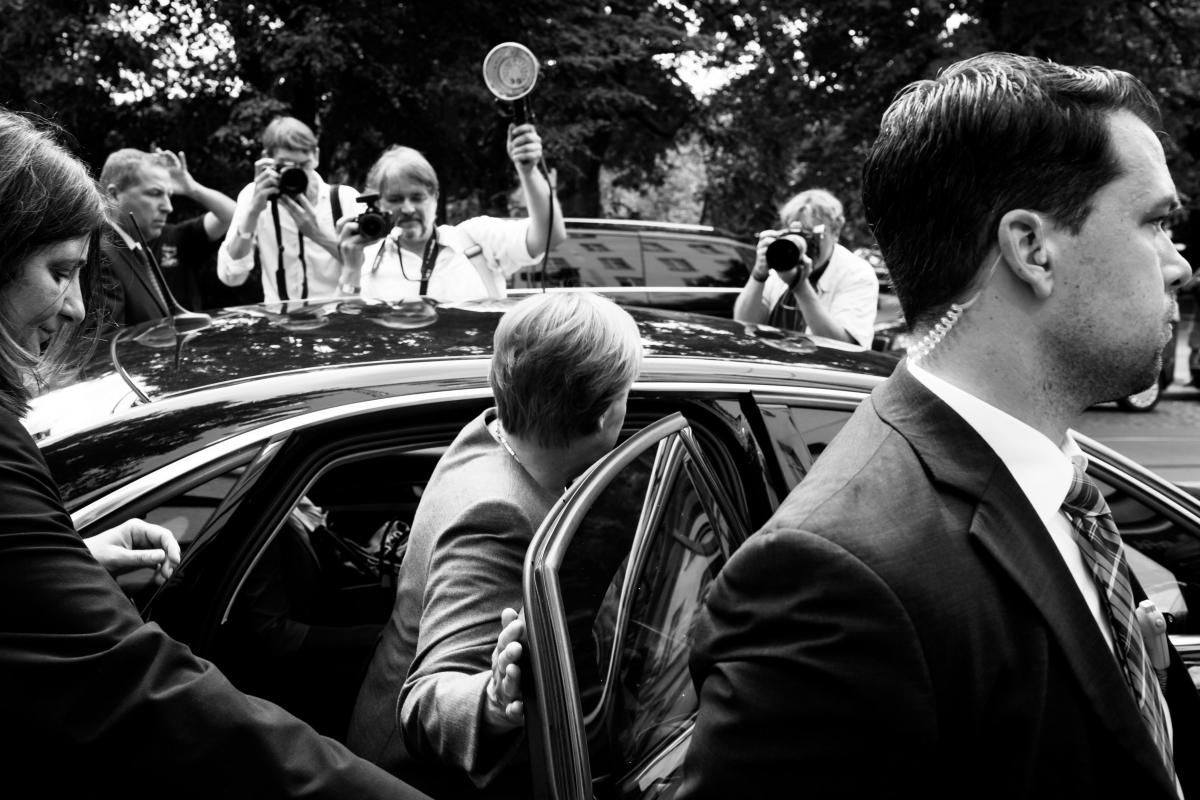 Angela Merkel steigt in einen Wagen