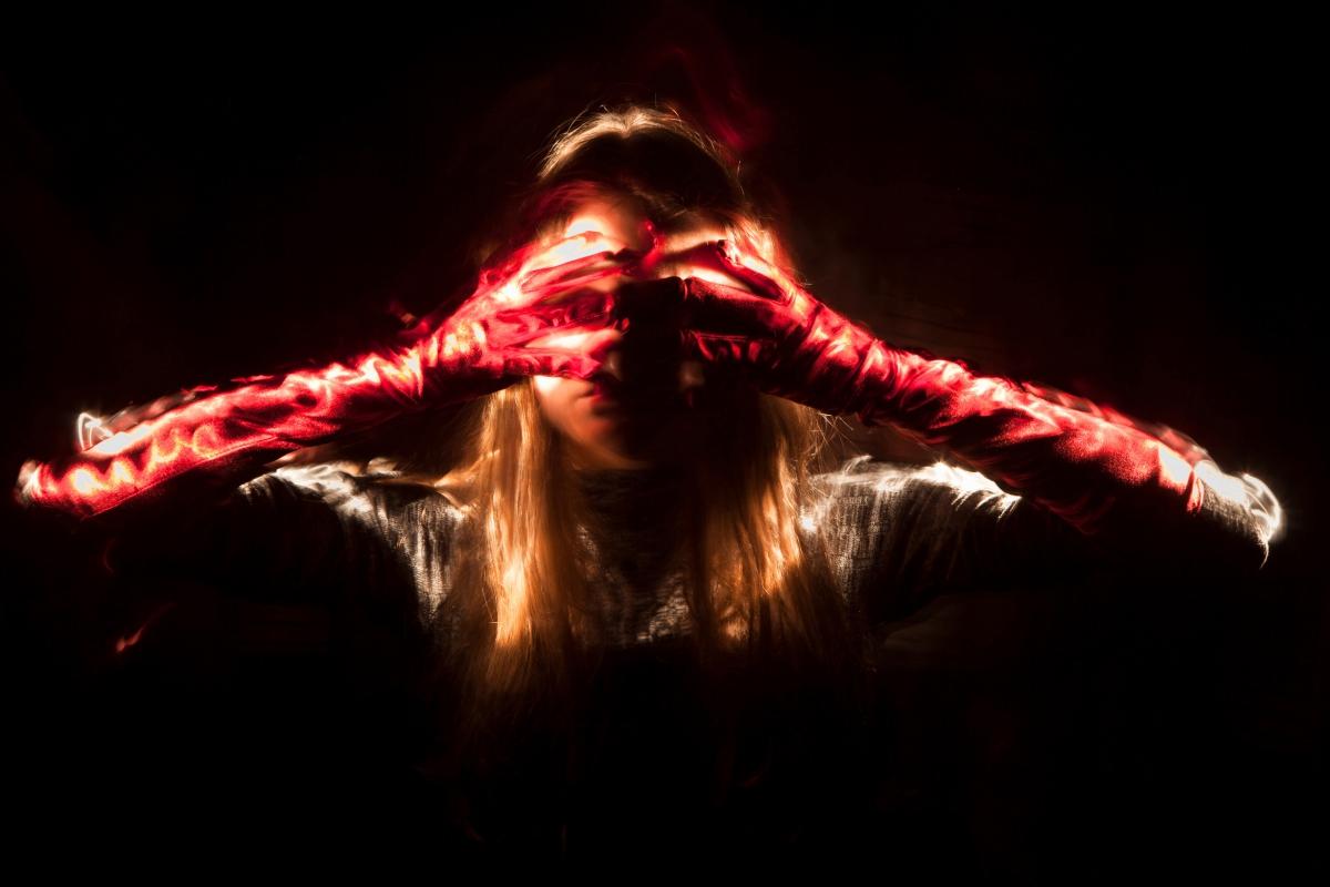 Blinde Fotograf:innen: Frau mit roten Handschuhen